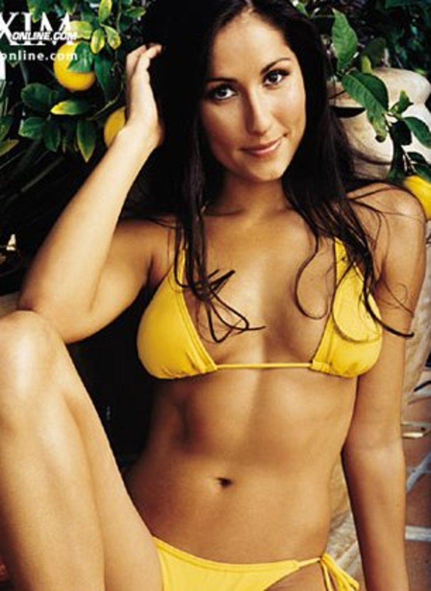 Top 10 Sexiest Women of CBS's Survivor (With Pictures)