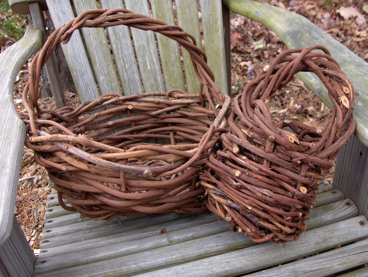 Basket Weaving With Willow Branches : How to make a grapevine basket feltmagnet