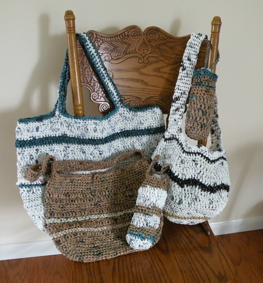 Crochet Beach Bag : Selection of tote bags made from recycle plastic grocery bags.