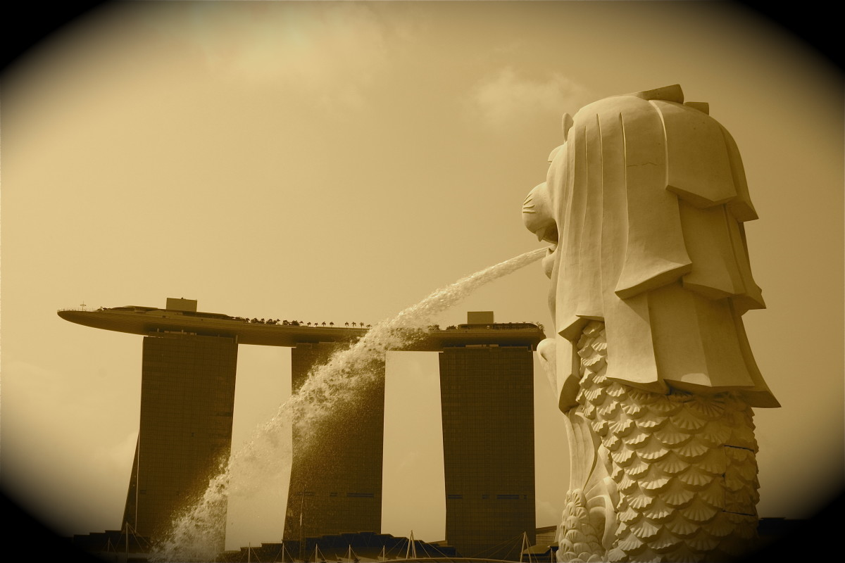 Singapore's Merlion with the casino in the background