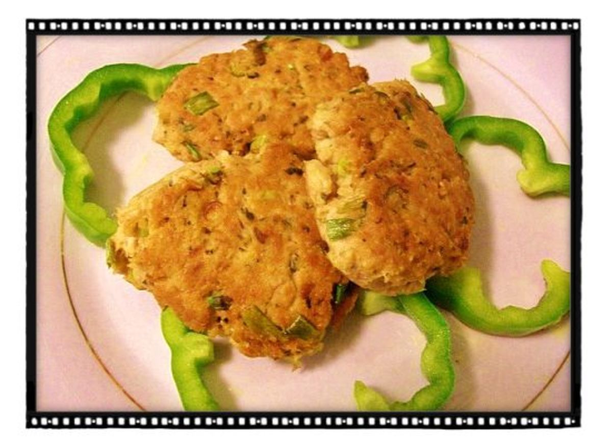 Diabetic-friendly tuna cakes served over green bell peppers.