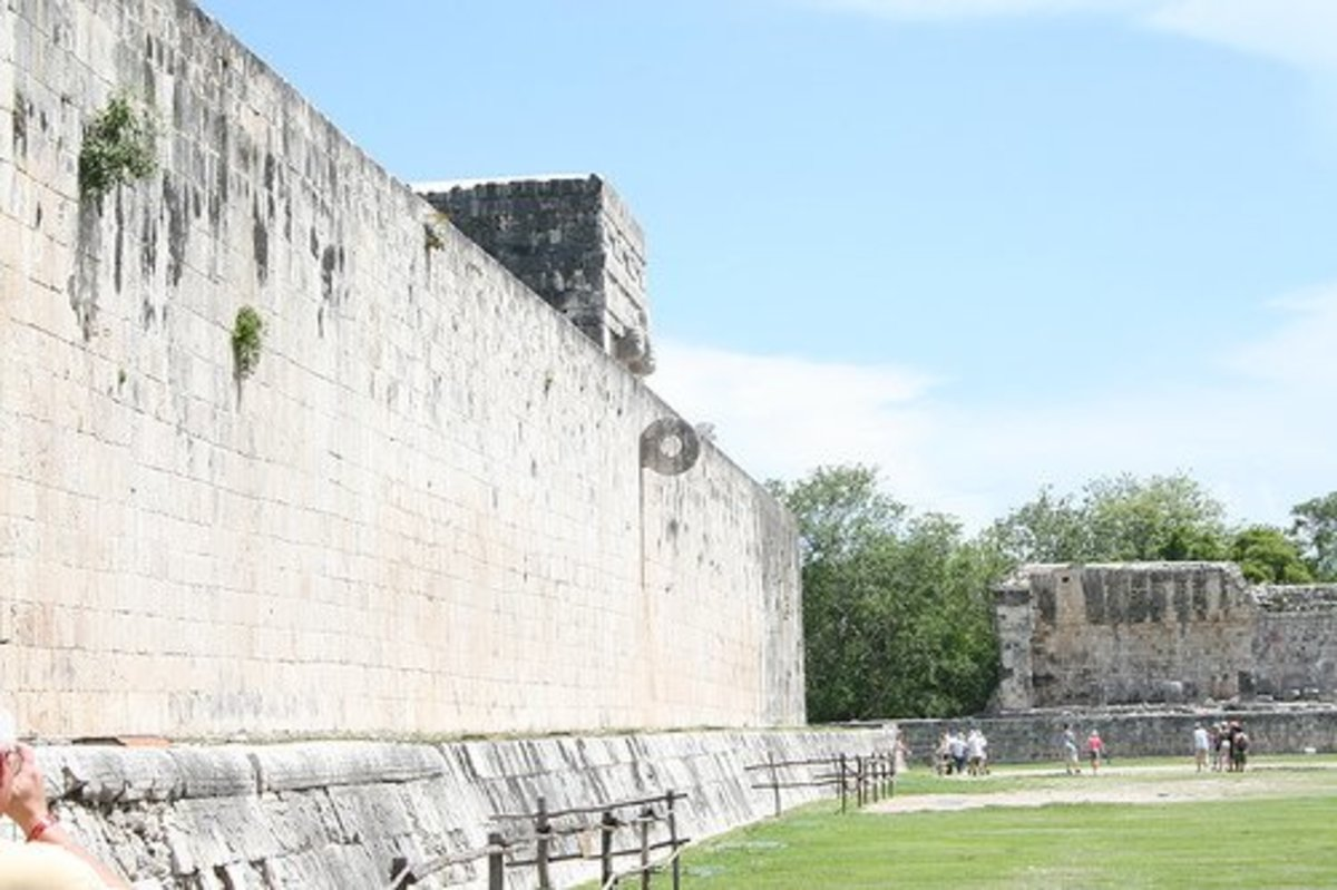 Maya Pok-A-Tok ballcourt with the ring in Chichén Itzá