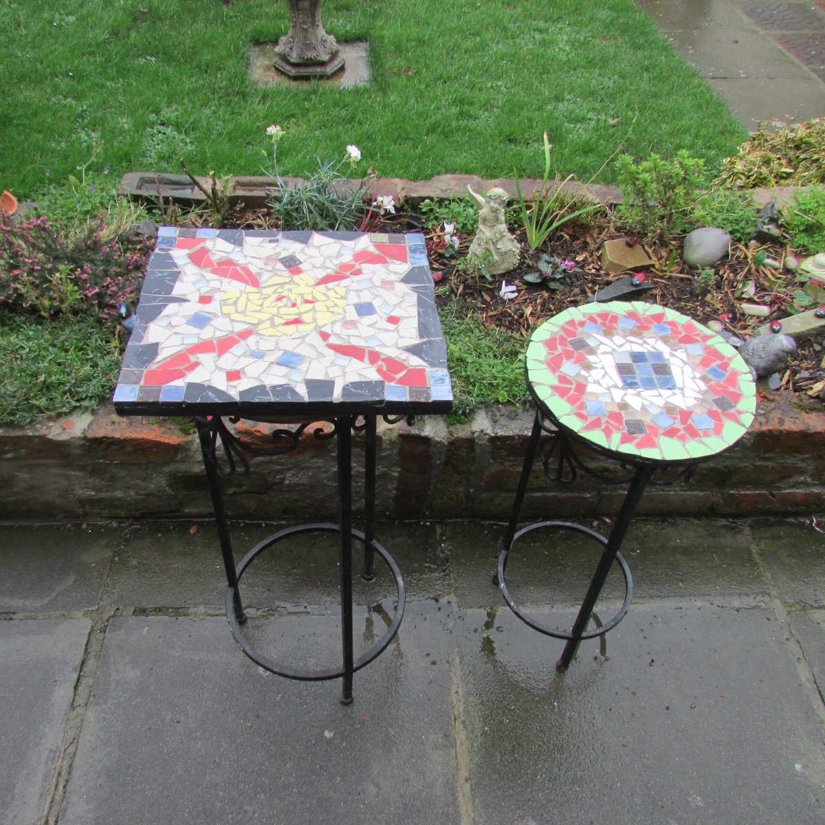 How to Make Mosaic Designs With Ceramic Tiles for Garden Tables