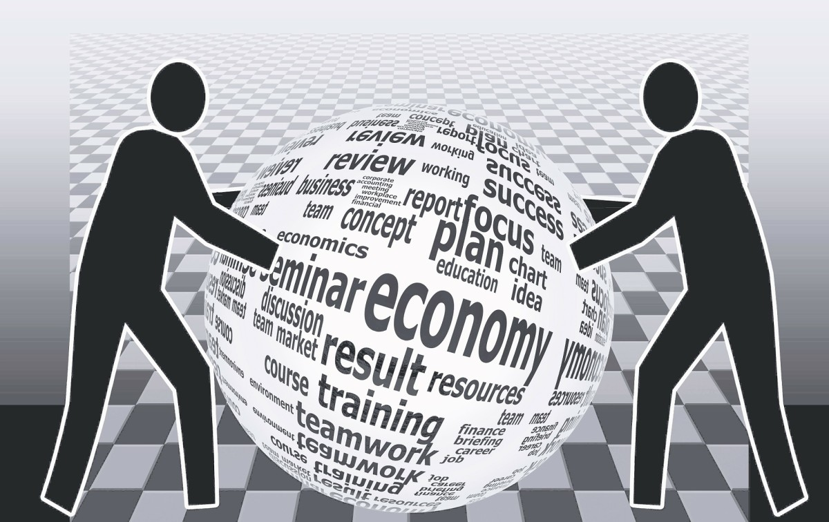 What Are the Differences Between Market & Command Economies?