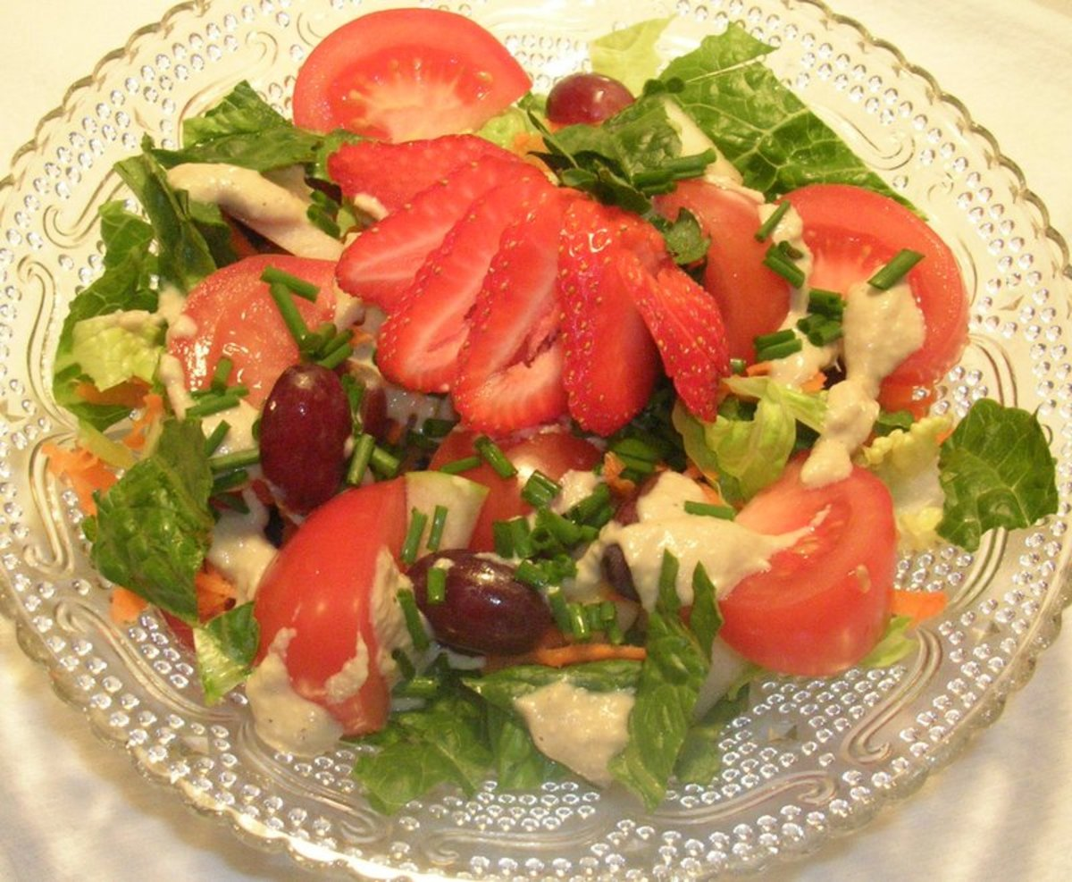 A beautiful salad lightly dressed with Sally's oil-free dressing. Romaine lettuce, carrots, grapes, apples, tomatoes, chives, and an elegant strawberry.