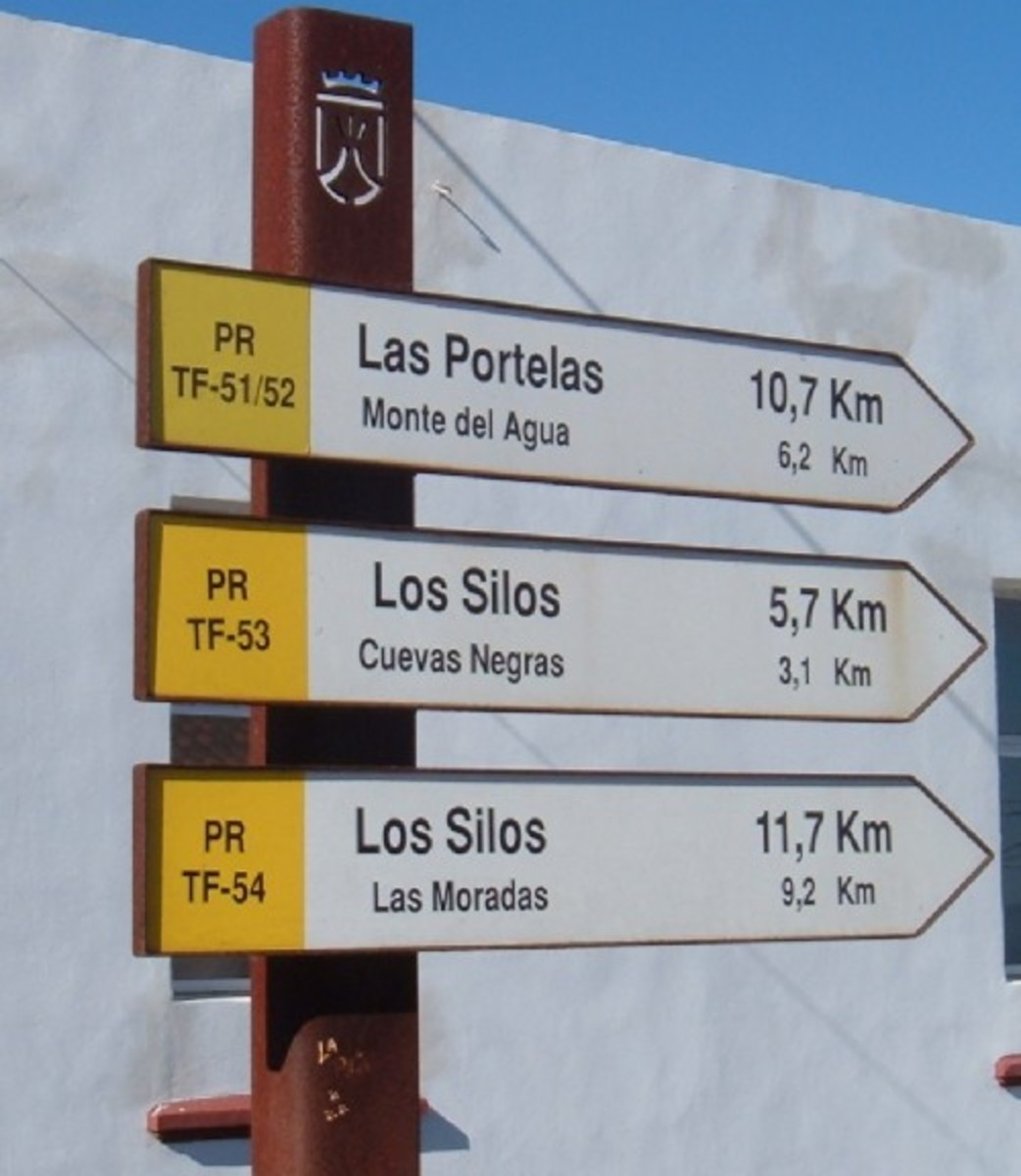 Erjos signpost for Cuevas Negras. Photo by Steve Andrews