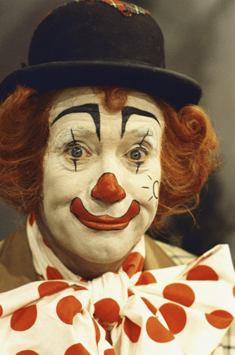 Great make-up on this clown's face.