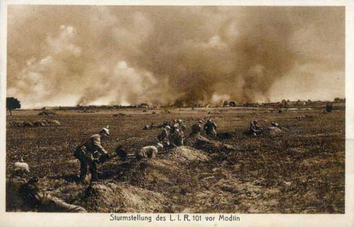 WW1: German infantry charging against the Russian Fortress of Novogeorgievk in August 1915.