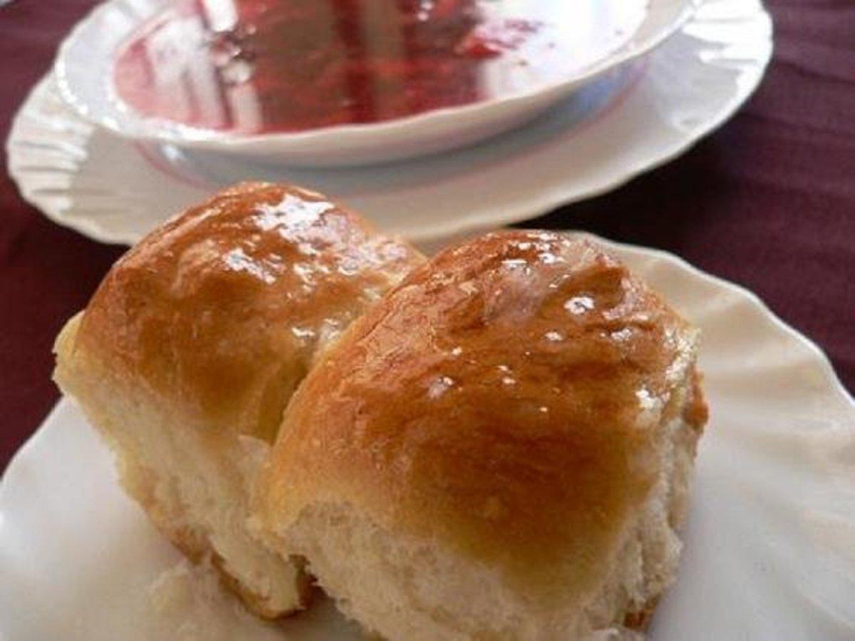 Pampushky with garlic sauce.