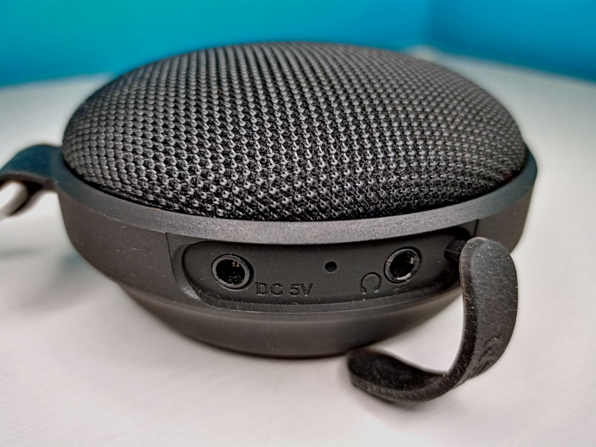 Slaouwo's H200 Rechargeable Sleep Sound Machine showing power input for recharging and output to external speaker