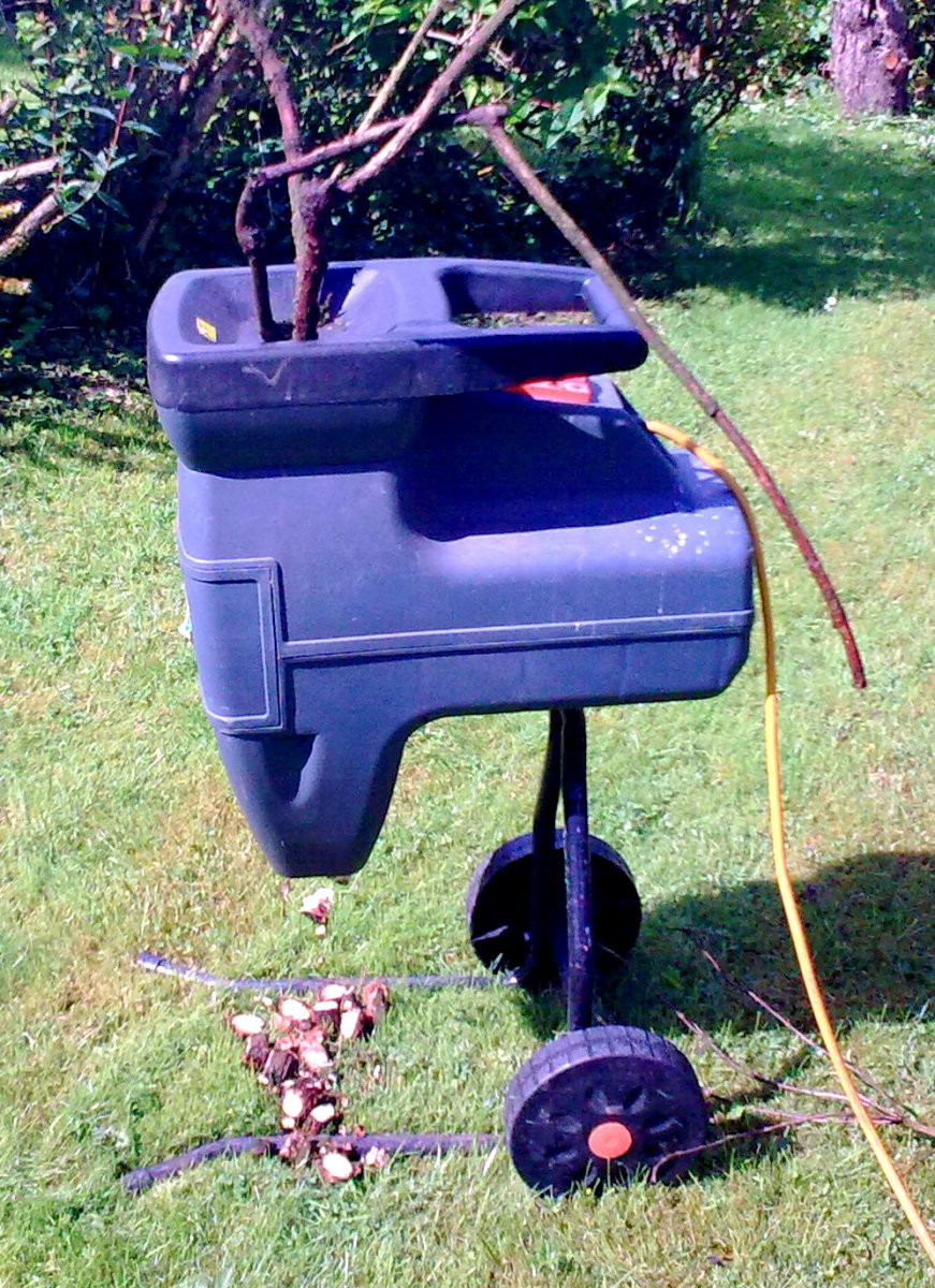 Electric garden chipper
