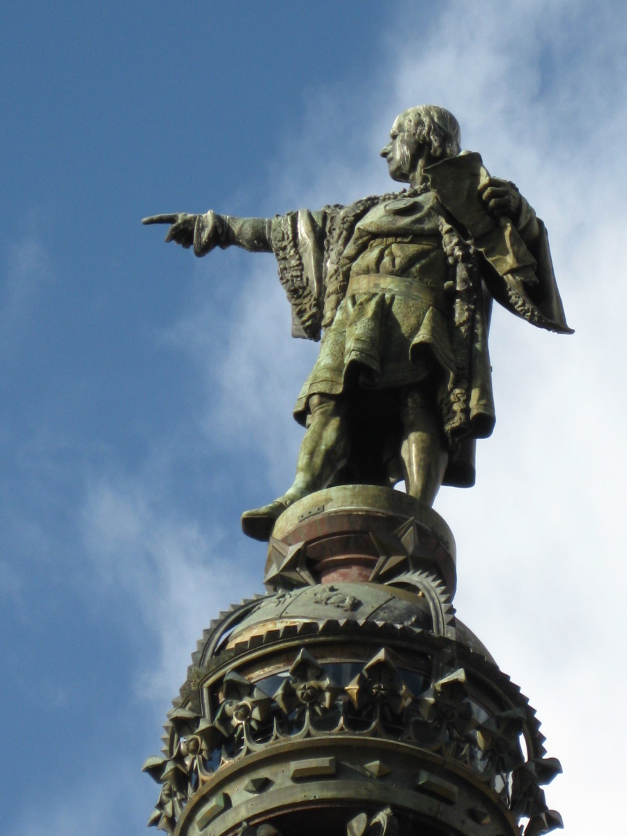 Statute of Christophe Columbus atop theColumbus Monument in Barcelona, Spain