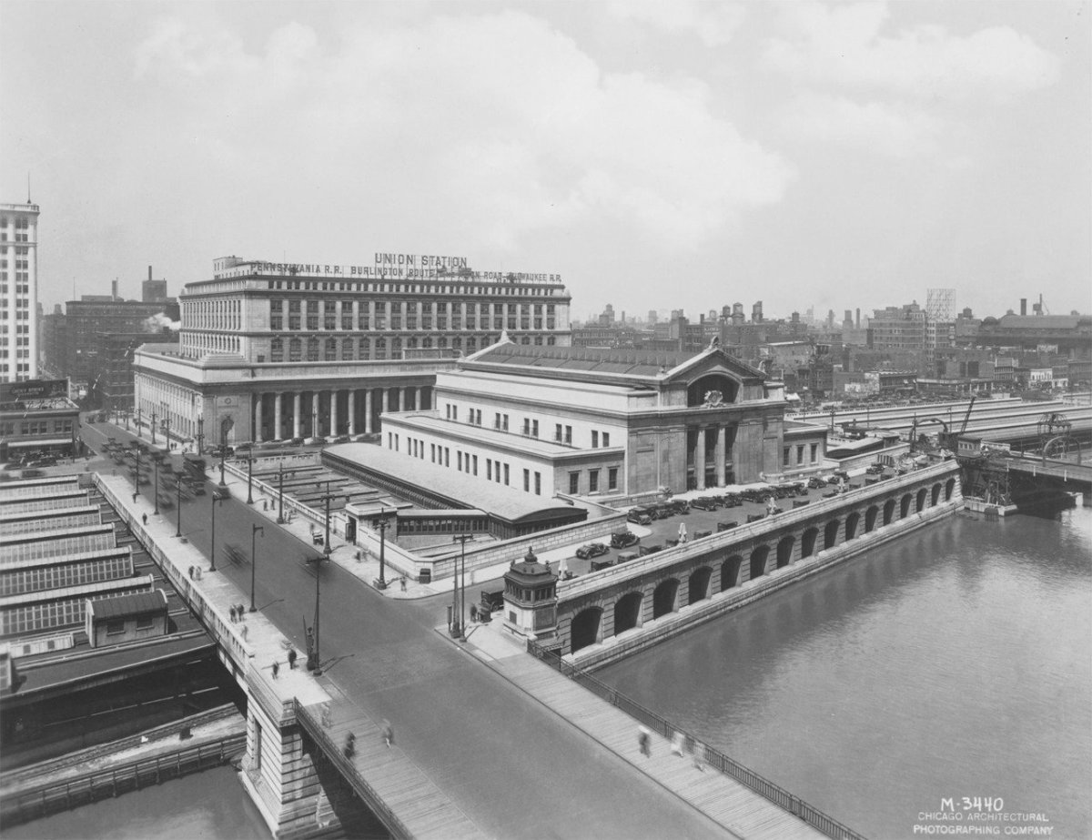 Architectural photo of Chicago's Union Station shortly after its competion in 1925.