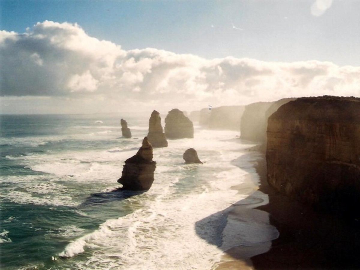 The Twelve Apostles, Port Campbell in 2002 before another one of them collapsed in 2005.