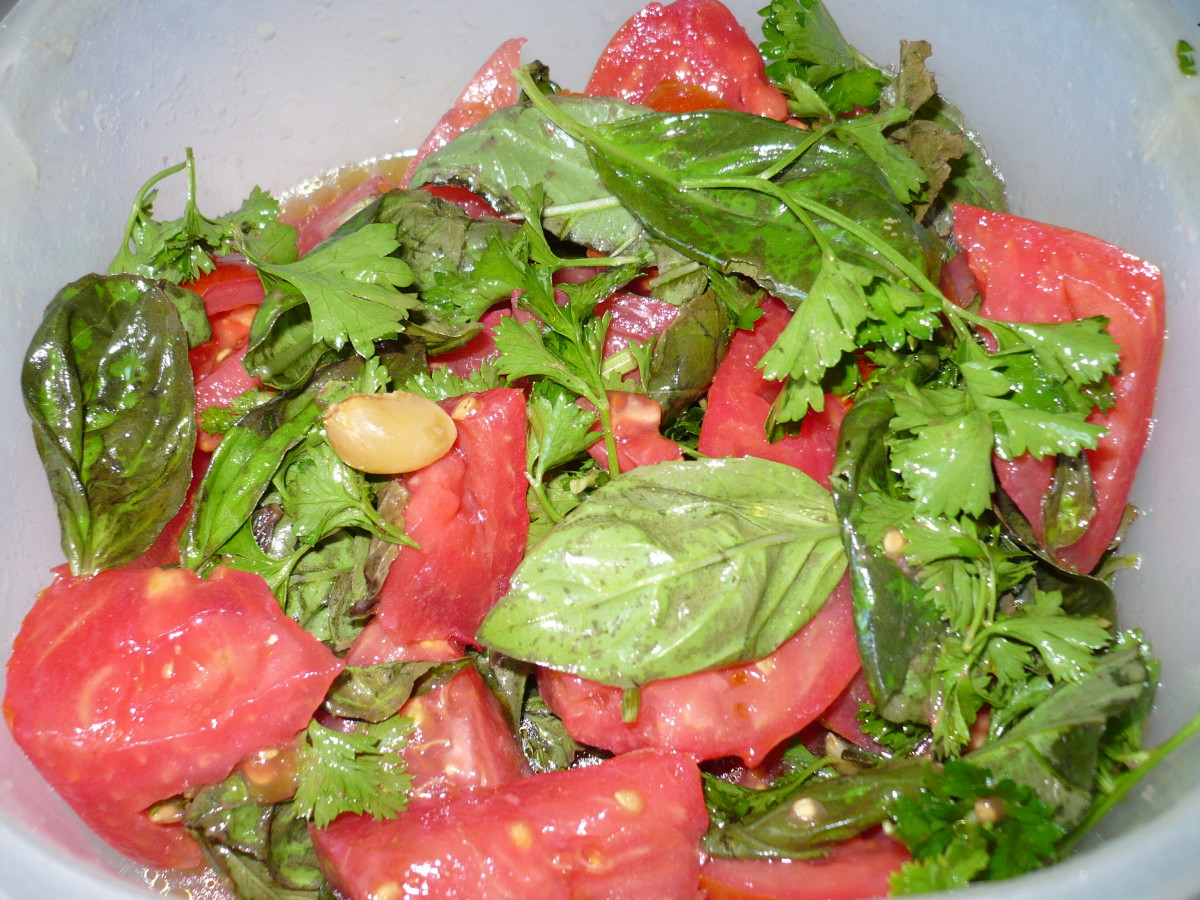 Marinated Tomato-Basil Salad Using Garlic and Olive Oil