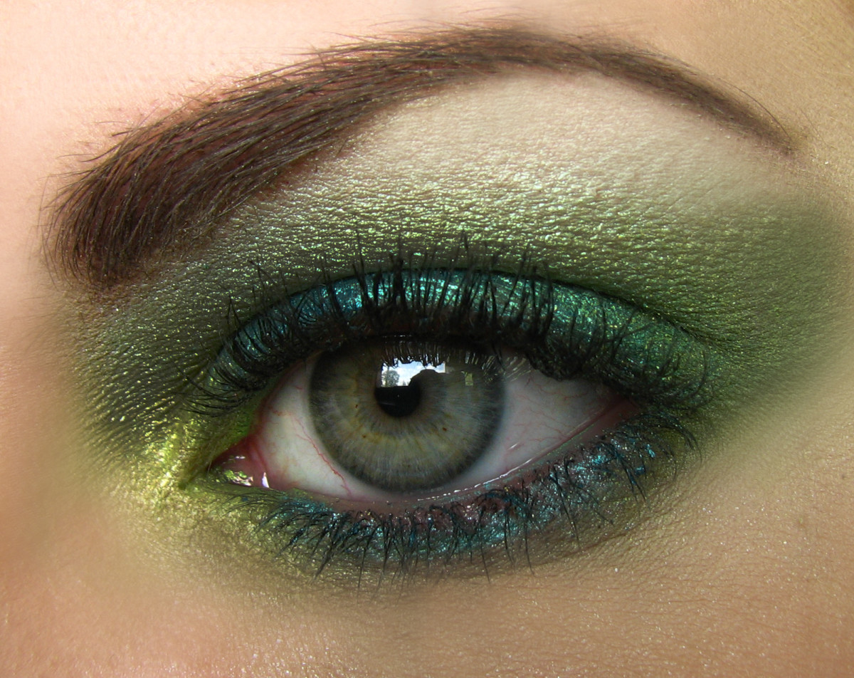 powder eyeliner adds definition along the eyelashes which makes the eyes a more prominent facial feature.