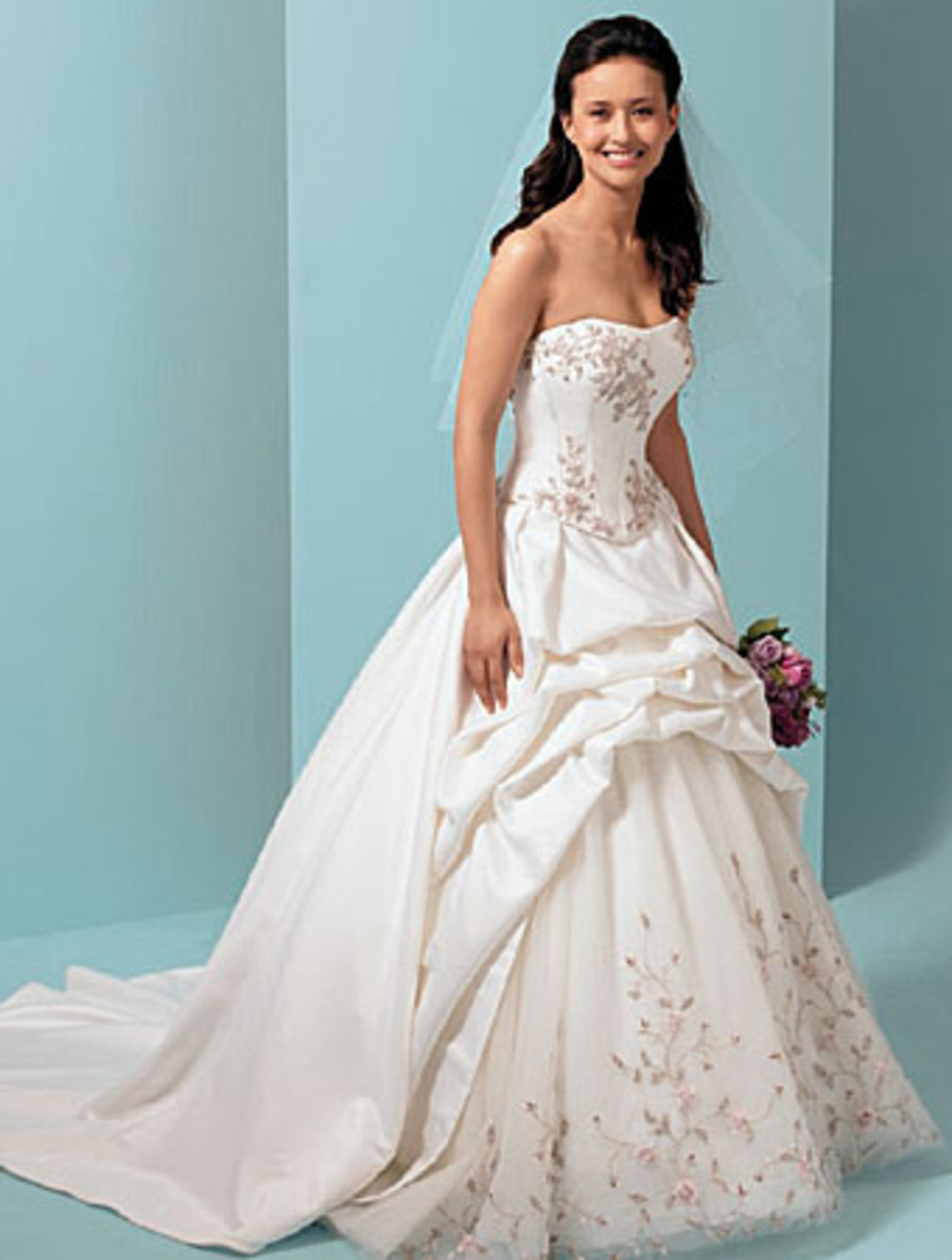 How to find the perfect wedding dress for your shape for Perfect wedding dress finder