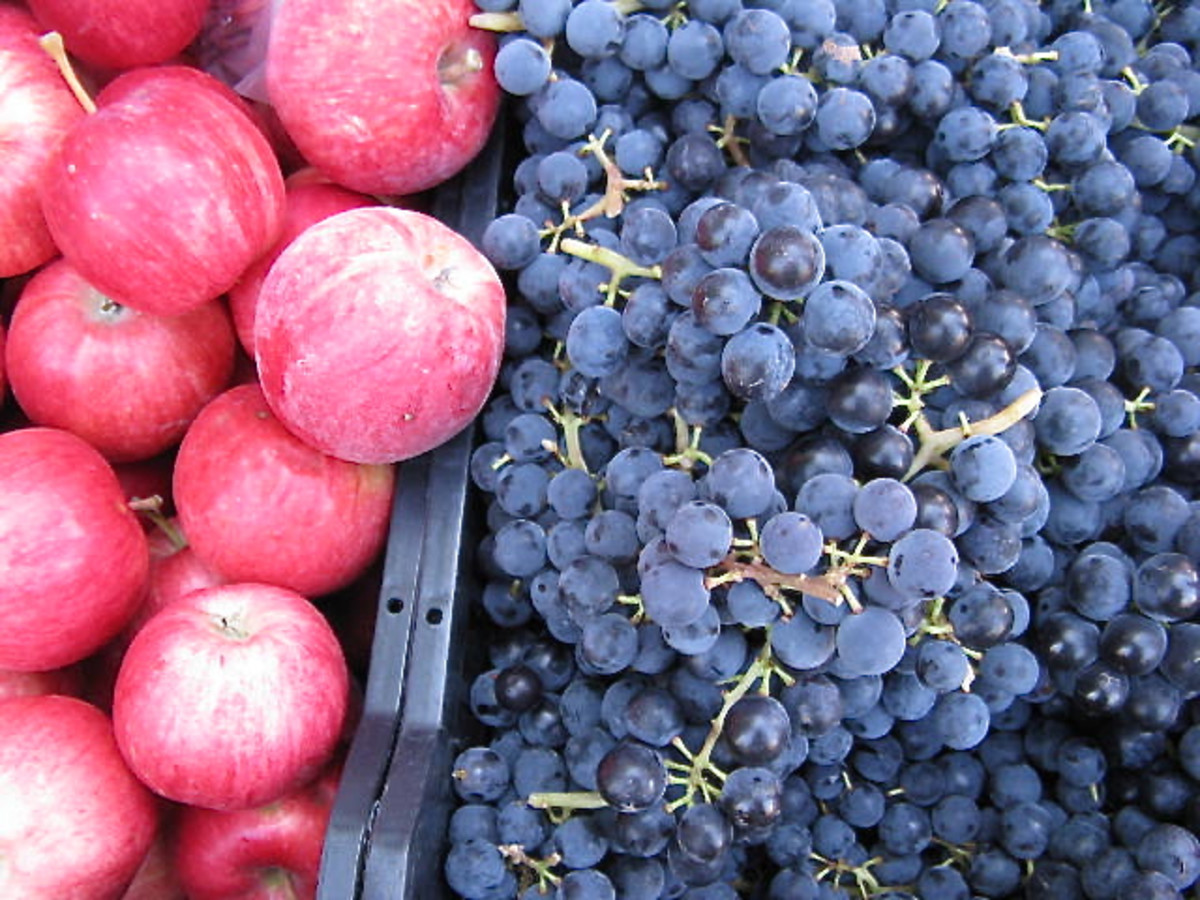 Fresh apples and grapes at a farmers market