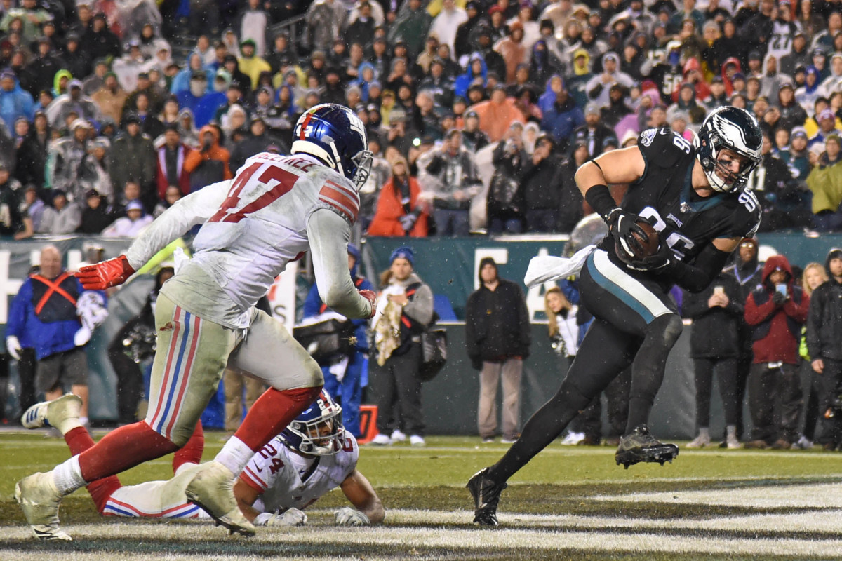 Eagles tight end Zach Ertz (86) catches 2-yard touchdown pass during the fourth quarter against Giants cornerback Julian Love (24) and outside linebacker Alec Ogletree (47) at Lincoln Financial Field.