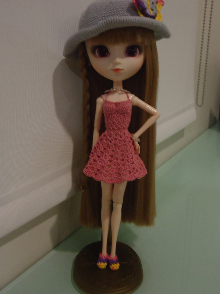 This photo displays a Pullip backless sundress. I included shoes from Barbie Ballet Flats and a hat from Pullip Goes to the Beach to complete the photo. The same-sized hook in the pattern was used to make the shoes.
