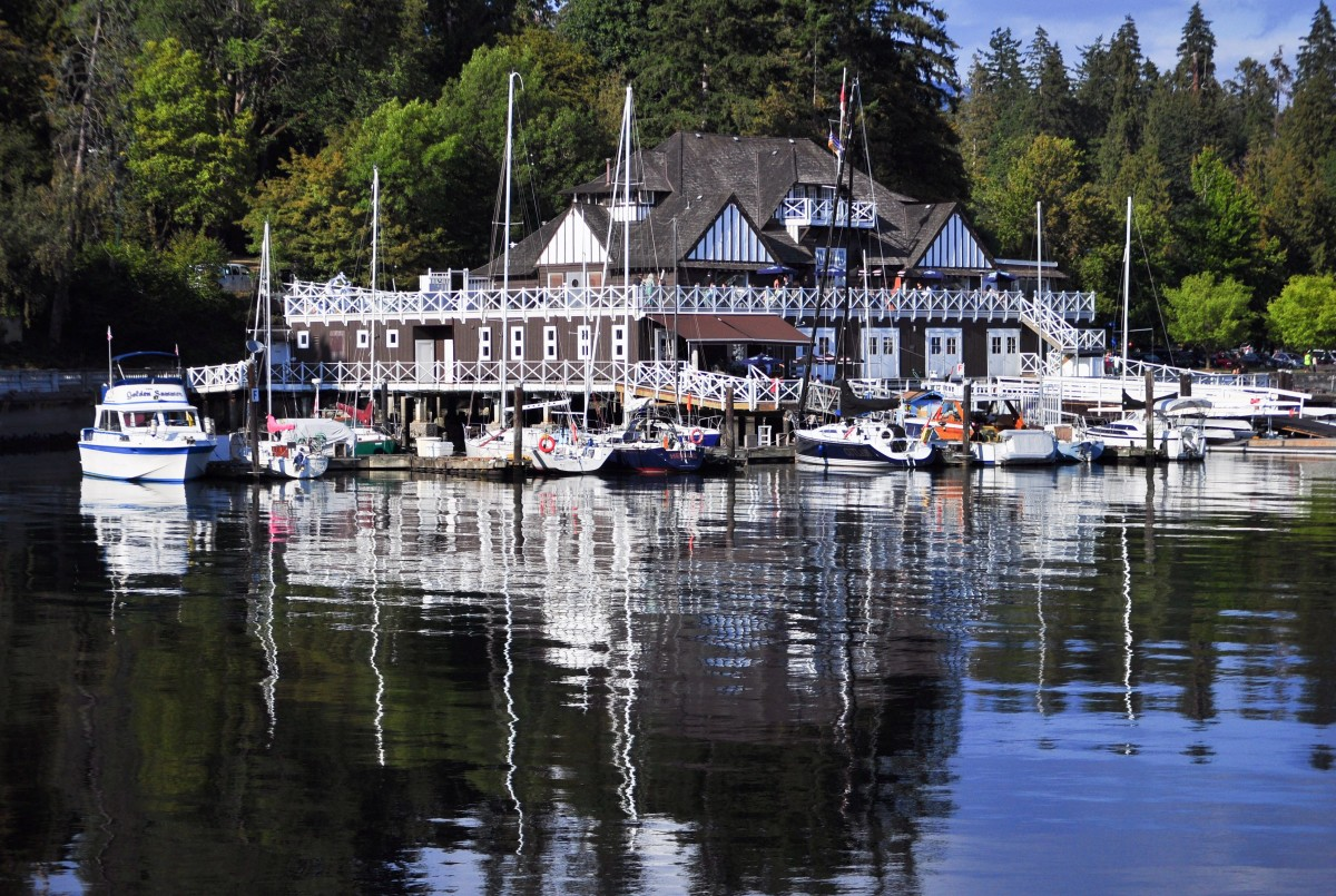 The boathouse and marina can be seen at the start of the Stanley Park Seawall.