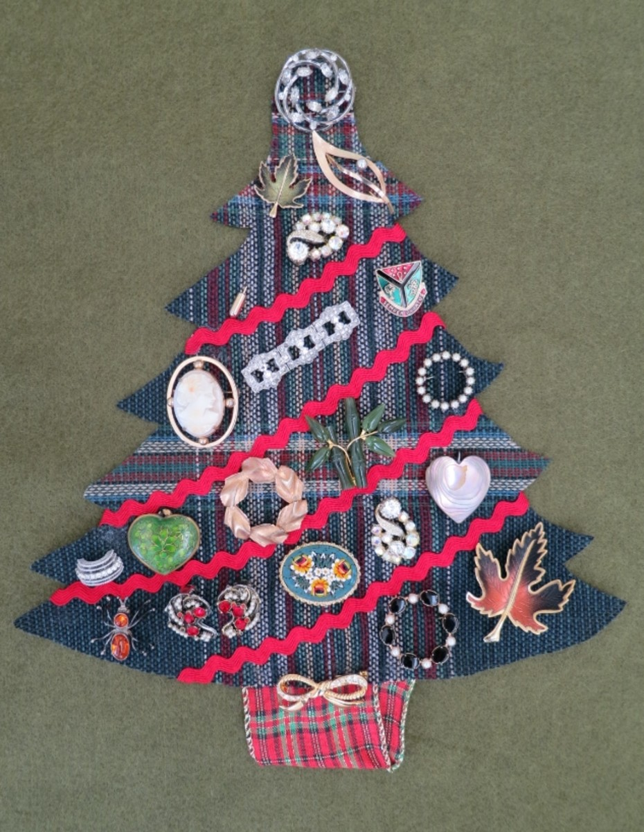 DIY Craft Decoration:  Christmas Wall Hanging Using Vintage or Costume Jewelry