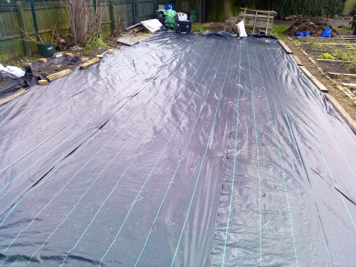 Laying weed membrane