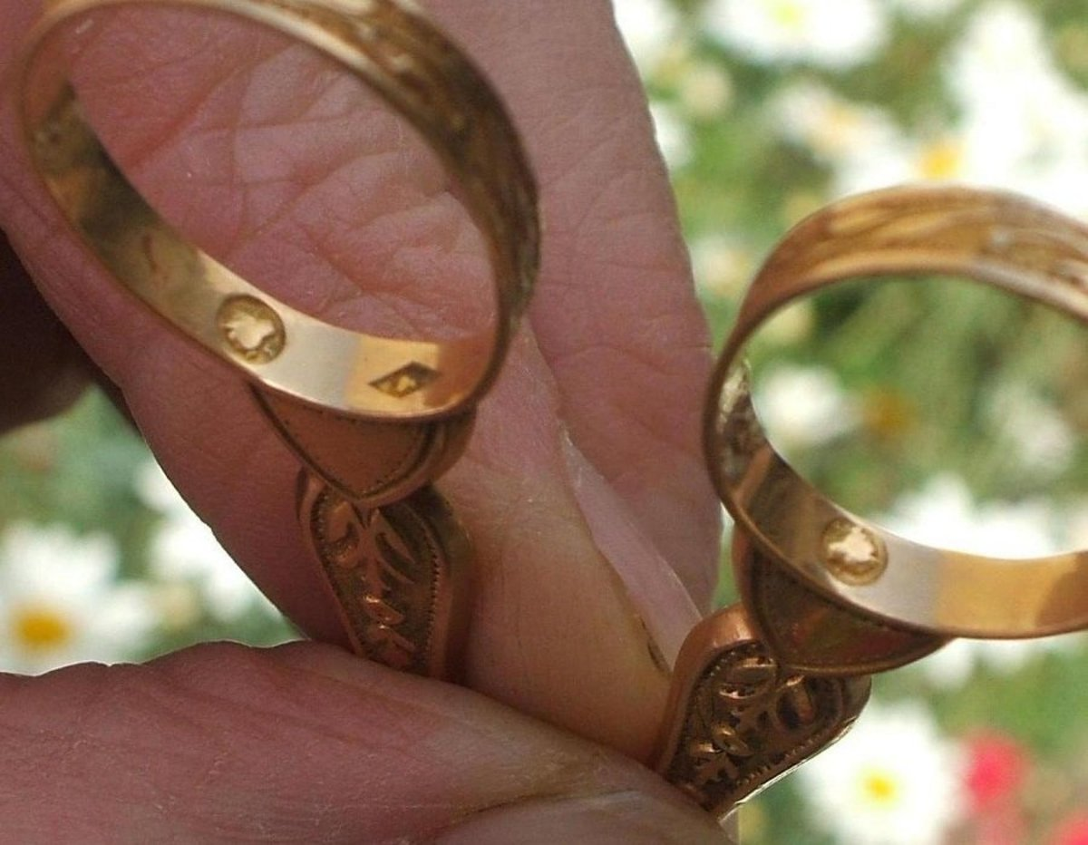 The gold hallmark shows the karat rating. Here it is inside the scissor handle.