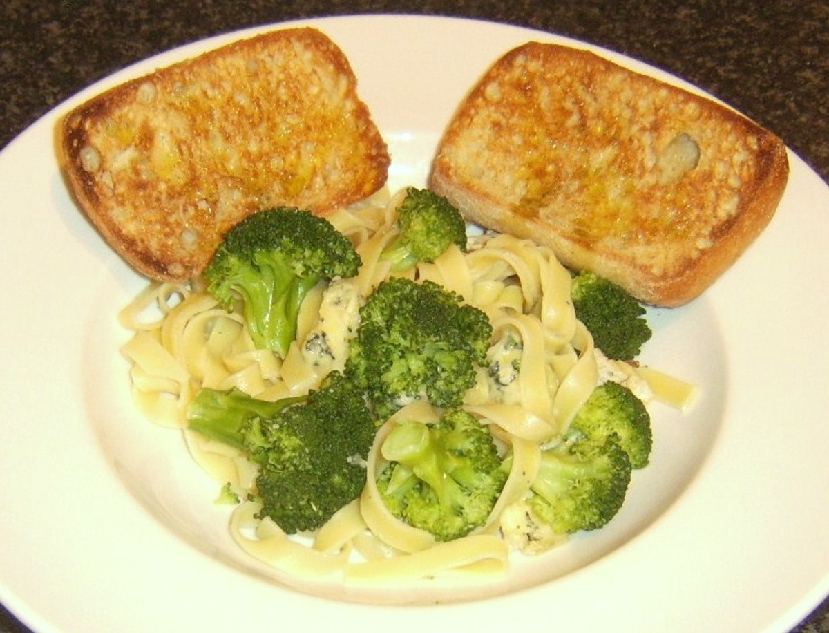 Tagliatelle pasta with broccoli, Stilton cheese and bruschetta