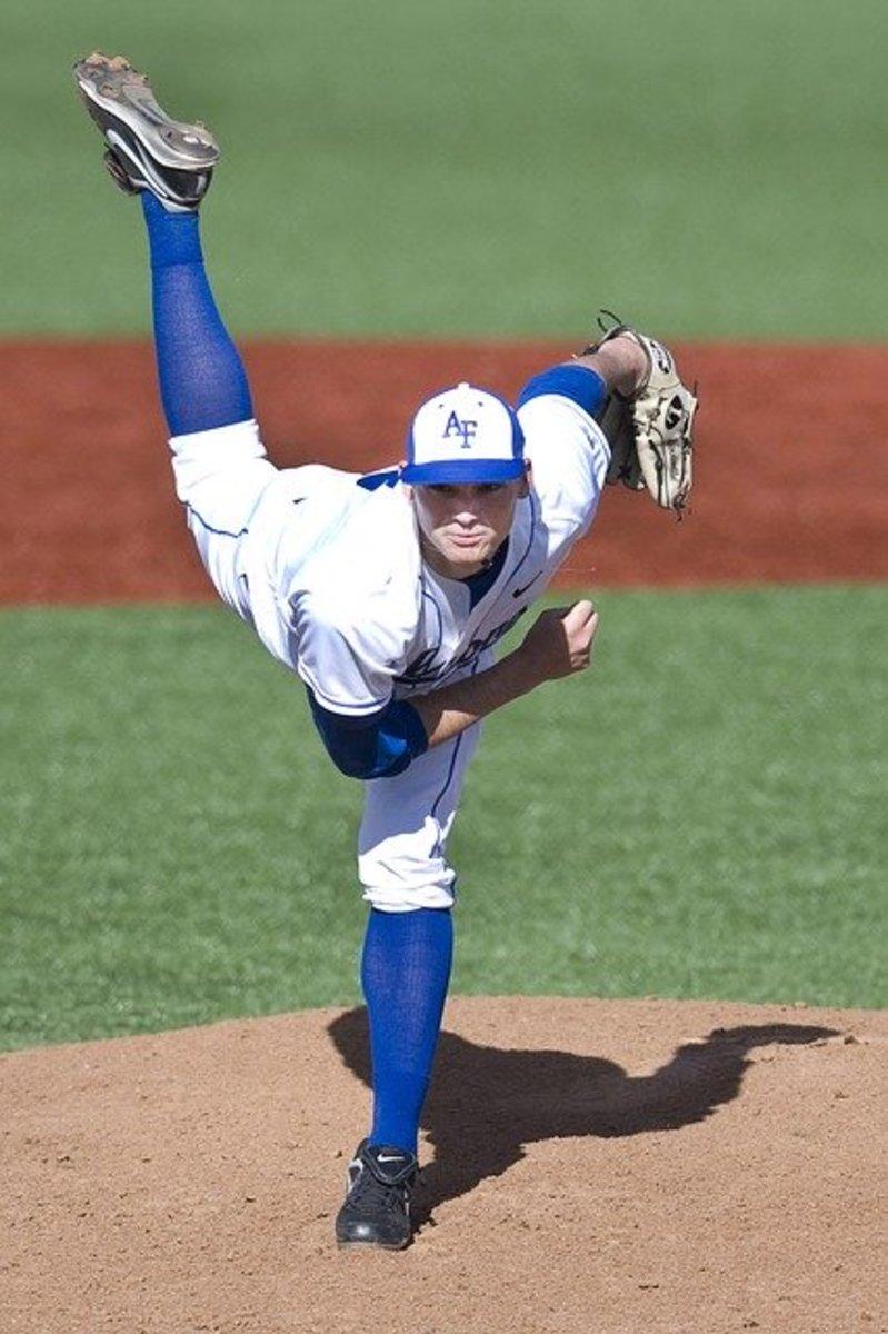 Baseballer pitching the ball.