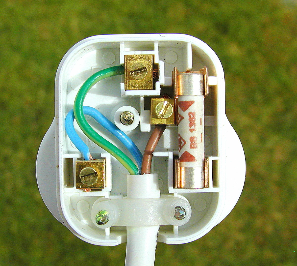 How to wire a plug. This is a UK style, BS1363 plug with integral 13 amp fuse.
