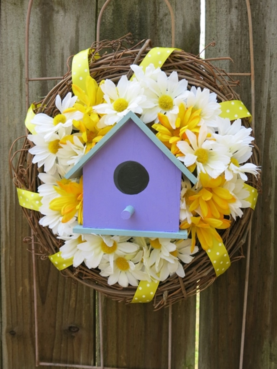 DIY Welcome Wreath with a Bird House and Flowers