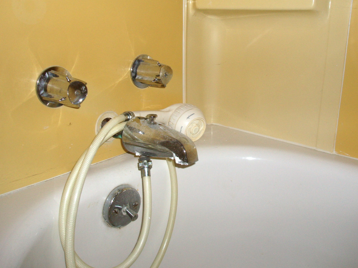 The most frustrating kind of handheld showerhead—unmounted and fed by the bath faucet rather than a pipe high in the wall.