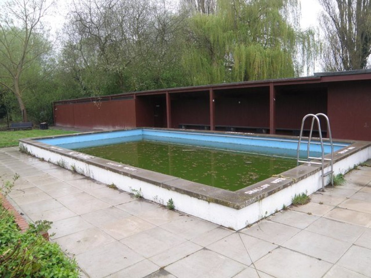 How to Clear Up a Green or Black Swimming Pool