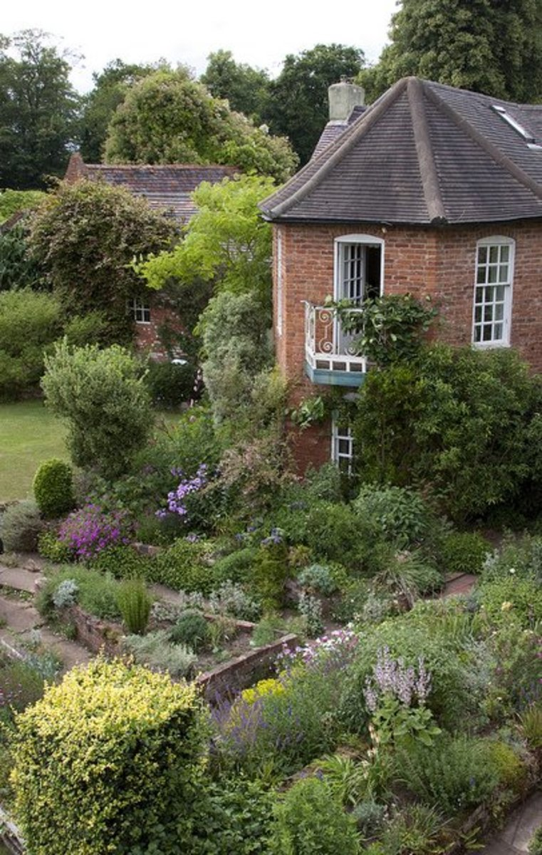 With its outdoor rooms in English style, Sissinghurst is well known for this design full of well-thought plantings.