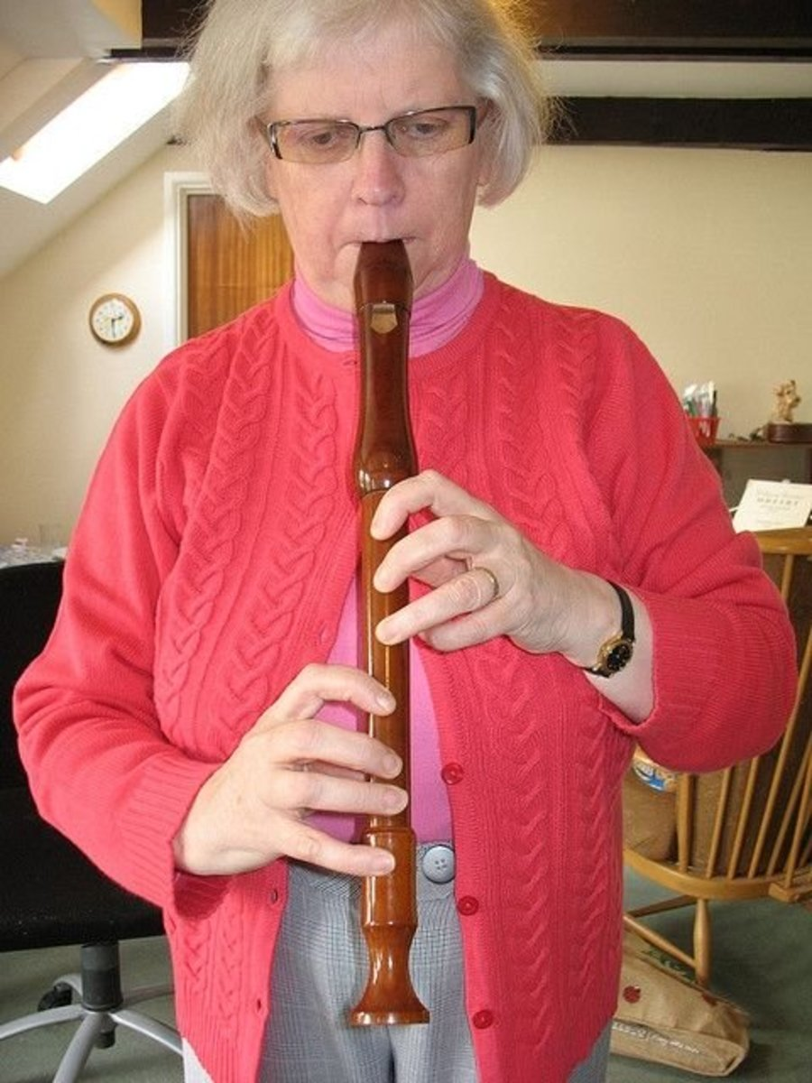 This pictures shows a treble recorder, but I give the fingering for the descant.