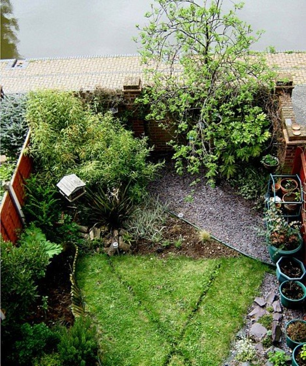 Small corner patio of crushed stone with rubber edging