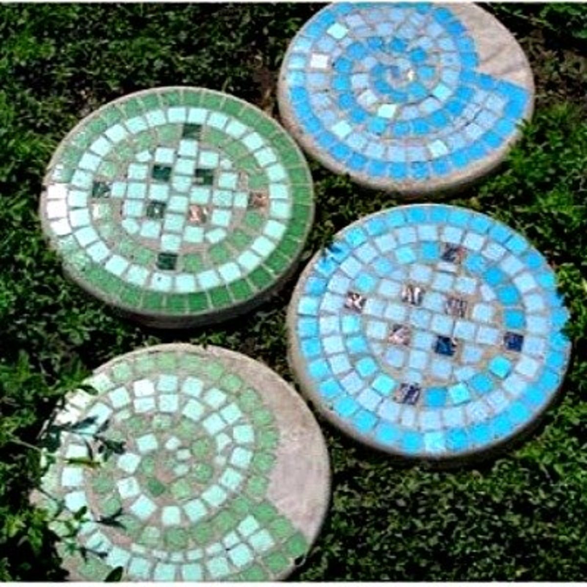DIY Mosaic Tile Garden Stepping Stones