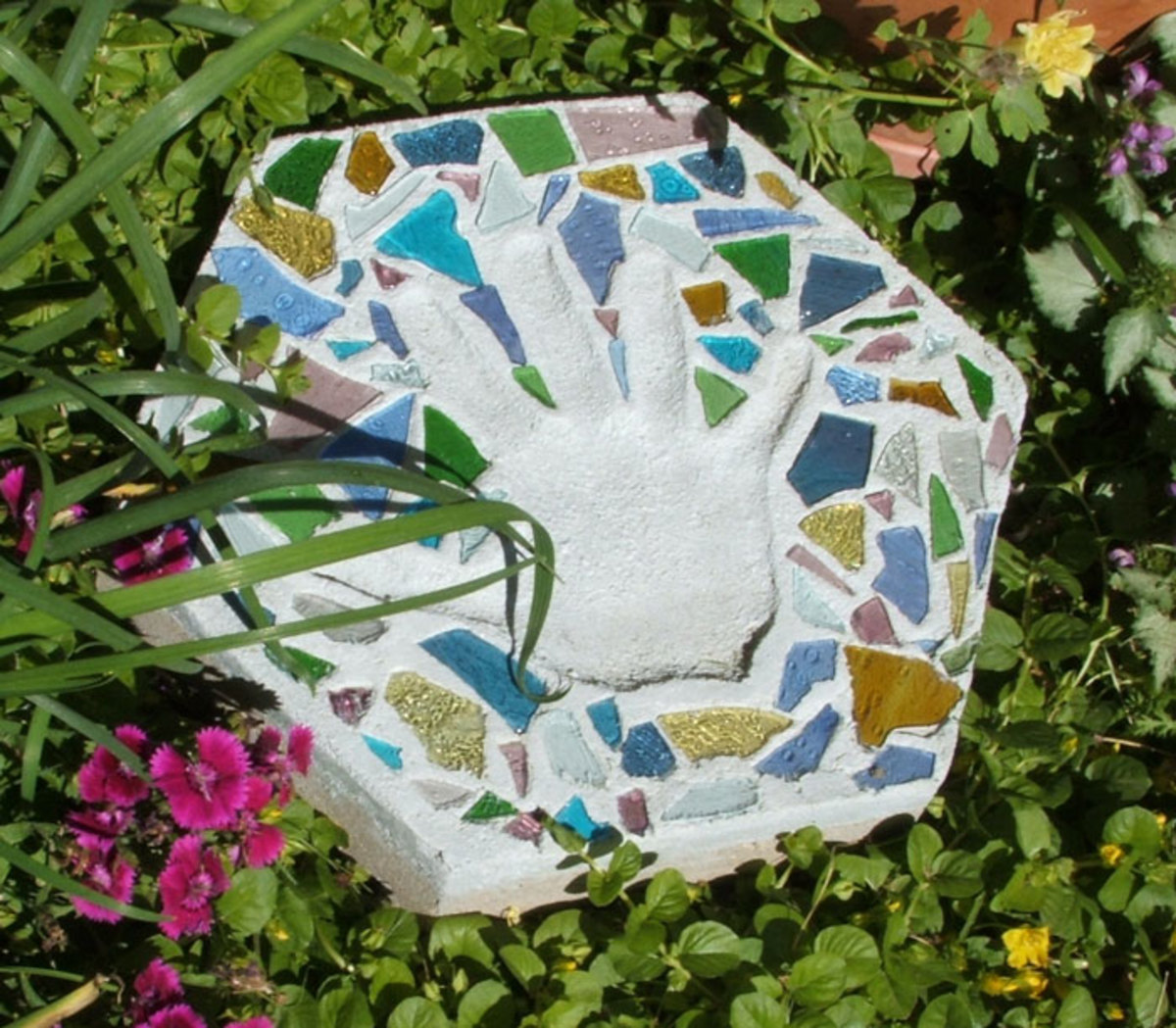 How to Make Personalized Stepping Stones to Upgrade Your Garden