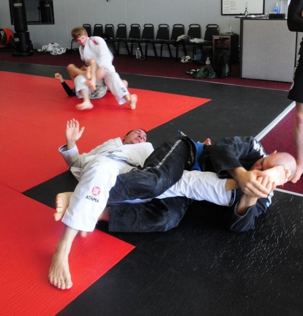 Applying a kneebar.