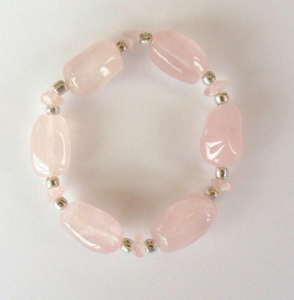 Wearing rose quartz jewelry is a fashionable and convenient way to attract the energy of the crystal.