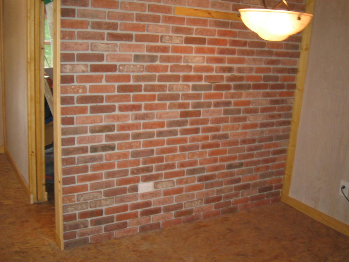 Brick veneer before mortaring.