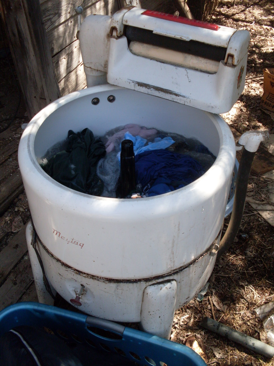 Fill your washer with 7 to 10 gallons of water. Position  for easy access to water, if possible. Wringer washers tend to splash, so fill no more than half full. (The knob on the front of the tub starts the agitator.)