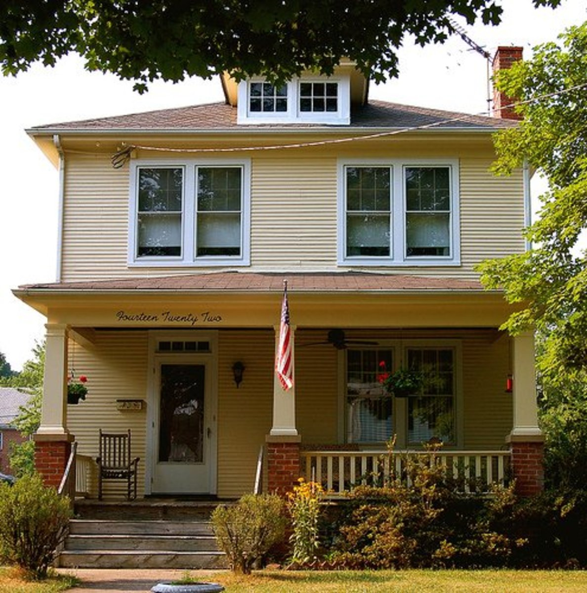 What Is A Bungalow Style Home: Characteristics Of Bungalow Style Houses