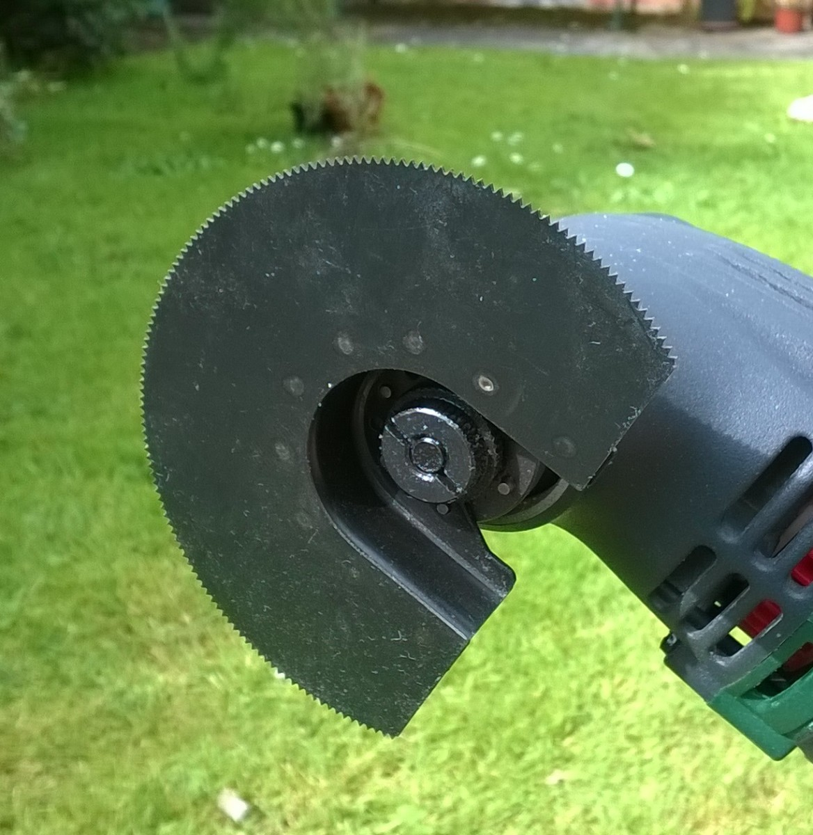 Segment blade for cutting at any angle, even right angles.
