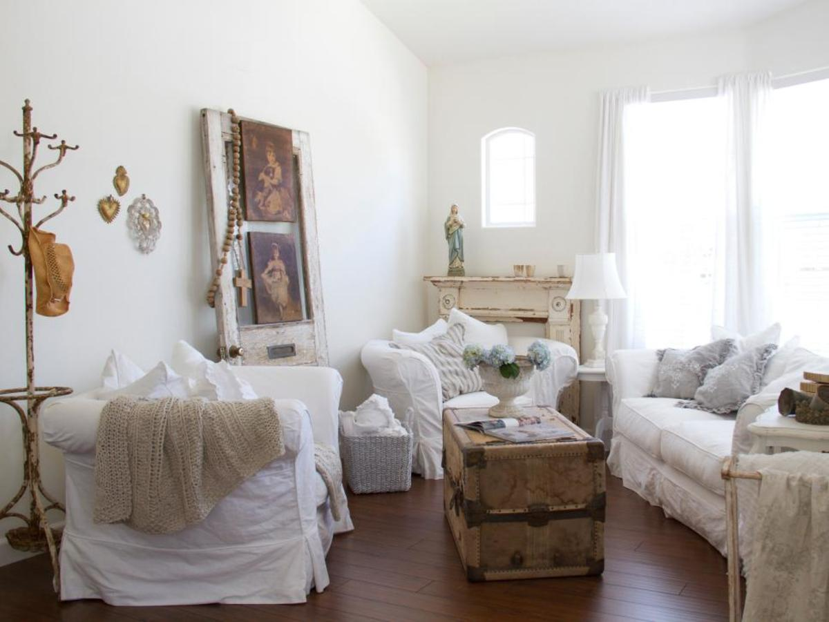 A white-on-white color scheme is the quintessential shabby style.