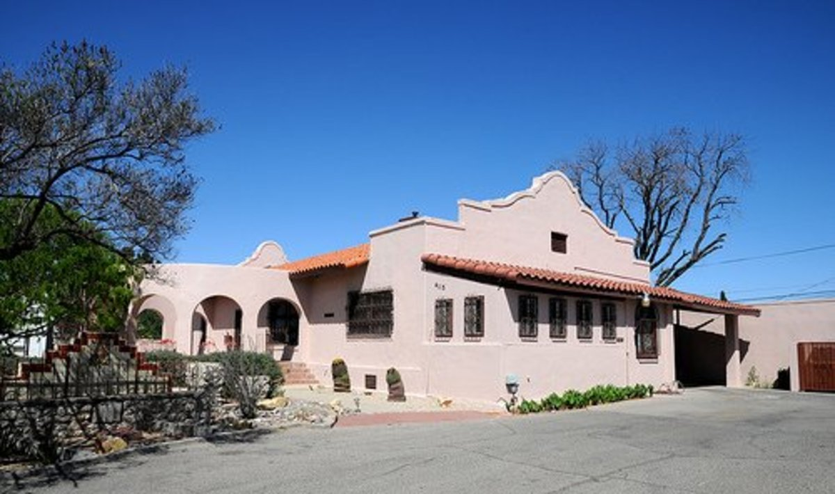 The parapet on the front of this Mission house differentiates it from Spanish Revival homes from the same era.