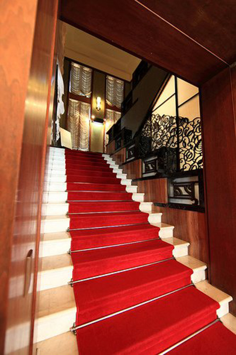 This staircase includes some of the most popular Art Deco colors and finishes.