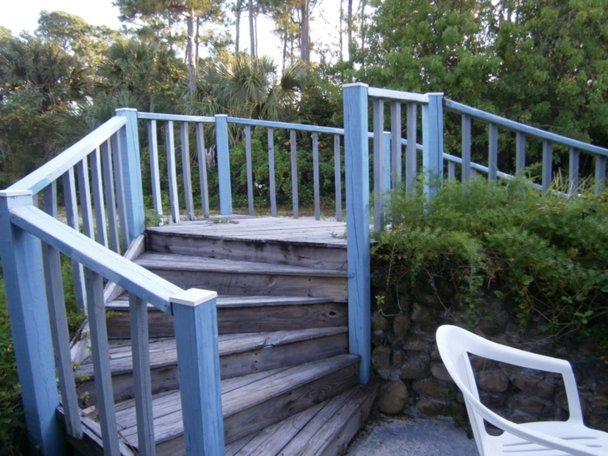 I still have to apply a coat of paint on these steps leading from the deck.
