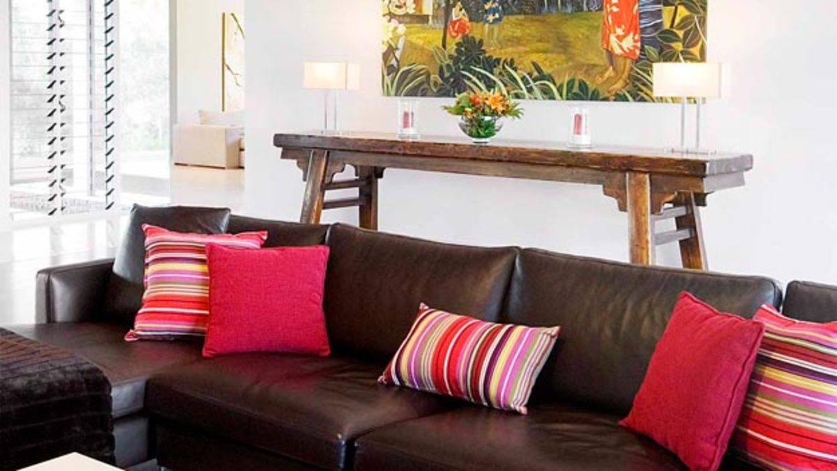 How to scatter cushions on a sofa
